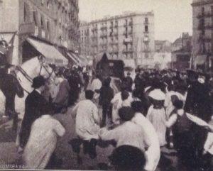 La folla inferocita insegue l'auto della polizia che porta via Enriqueta, appena arrestata
